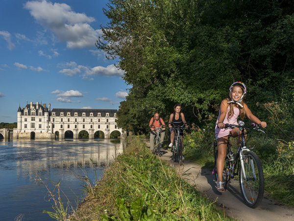 Cycling family in Chenonceaux