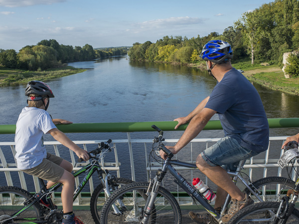 Cycling family looking at the Vienne