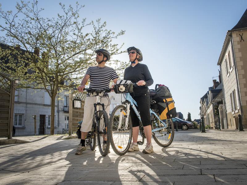 Couple à vélo à Sainte Catherine de Fierbois